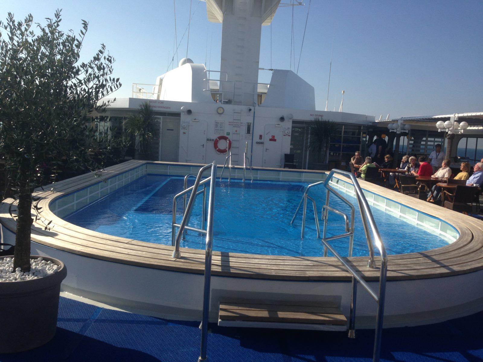 MS Hamburg, Sonnendeck und Pool
