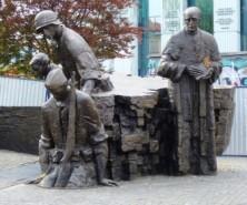 Gedenkstätte vor dem Gefängnismuseum Pawiak