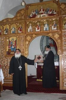 Bischof Damian vor der Bilderwand der Klosterkirche