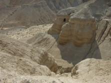 Eine der Höhlen bei Qumran