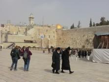Die Reisenden laufen zur Klagemauer