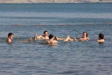 Die Jugendlichen der Gruppen entspannen im Toten Meer