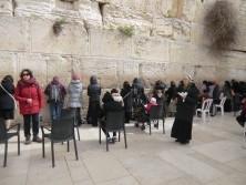 Einige Teilnehmerinnen beten auf der Frauenseite der Klagemauer
