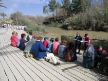 Die Gemeinde hält Andacht an der Taufstelle Jesu