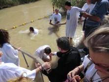 Griechisch-orthodoxe Christen aus Rumänien bei einer Zeremonie im Jordan an der traditionellen Taufstelle Jesu