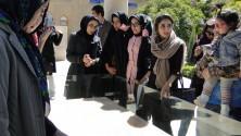 Junge Frauen am Grab von Hafiz, dem größten persischen Dichter
