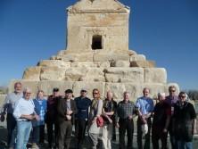 Reisegruppe vor dem Grab des König Kyrus