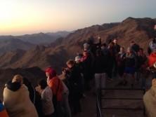 Besucher auf dem Gipfel des Mosebergs
