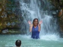Abkühlung unter dem Wasserfall im Wadi Arngot