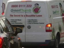 Das Geheimnis des perfekten englischen Rasens beginnt mit dem Service