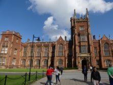 Die Queens University Belfast vereint Wissenschaft und ästhetischen Bau bereits in der Hauptfassade