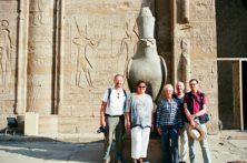 Reisegruppe vor dem Horus-Tempel in Edfu