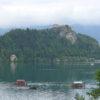 Die Burg Bled thront über dem Bleder See